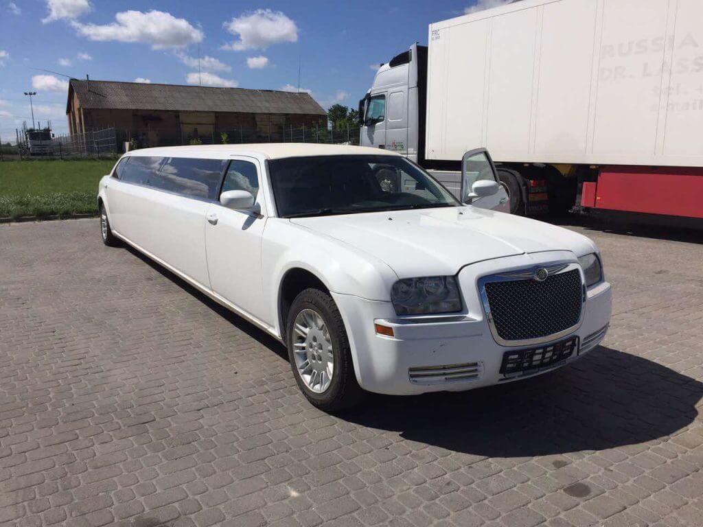 Chrysler 300C limousine outside